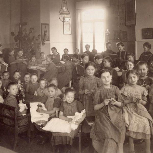 Arbeitssaal der Schulkinder 1914 oder früher