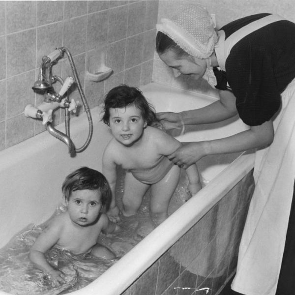 Diakonisse Herta Kummetat mit Kindern im neuen Bad