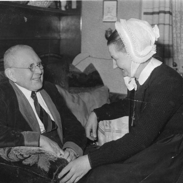 Diakonisse Ida Dietrich und Bewohner Herr Knaupel